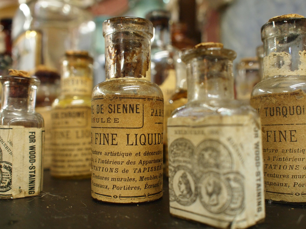 apothecary-bottles_pairs-en-ponce-la-maison-rouge_flickr.jpg