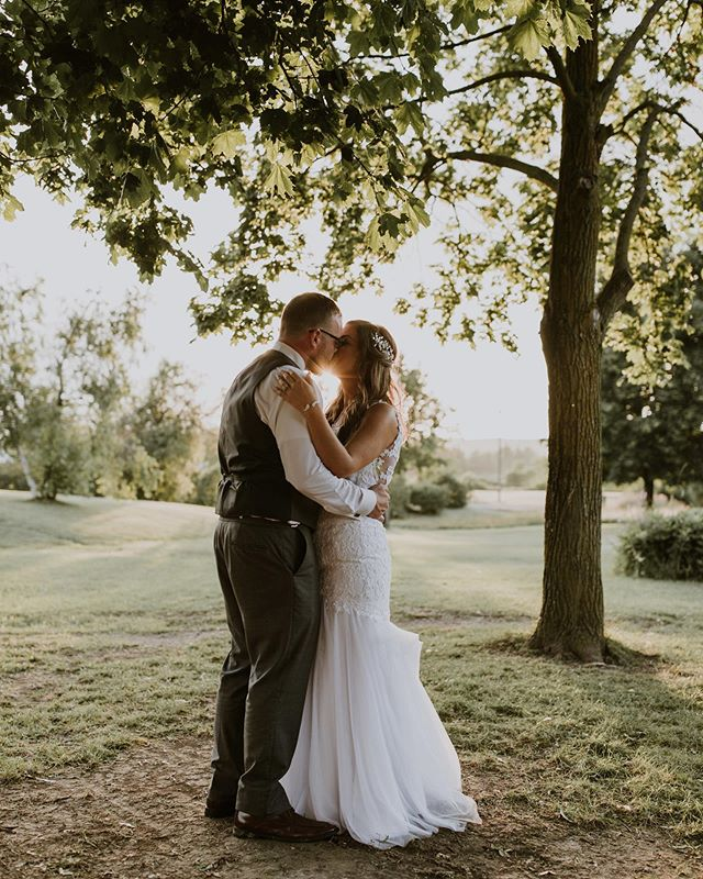 We had such an amazing day with Andrew & Jessica yesterday! The weather was beautiful - despite the 20 minutes of torrential downpour as soon as the ceremony ended 😅 These two were so laid back and tons of fun to hang with! Congrats to the new Mr & Mrs!