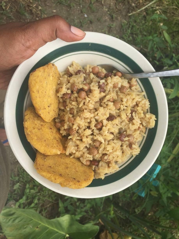 Arroz con Gandules y Coco y Arepitas de Maiz