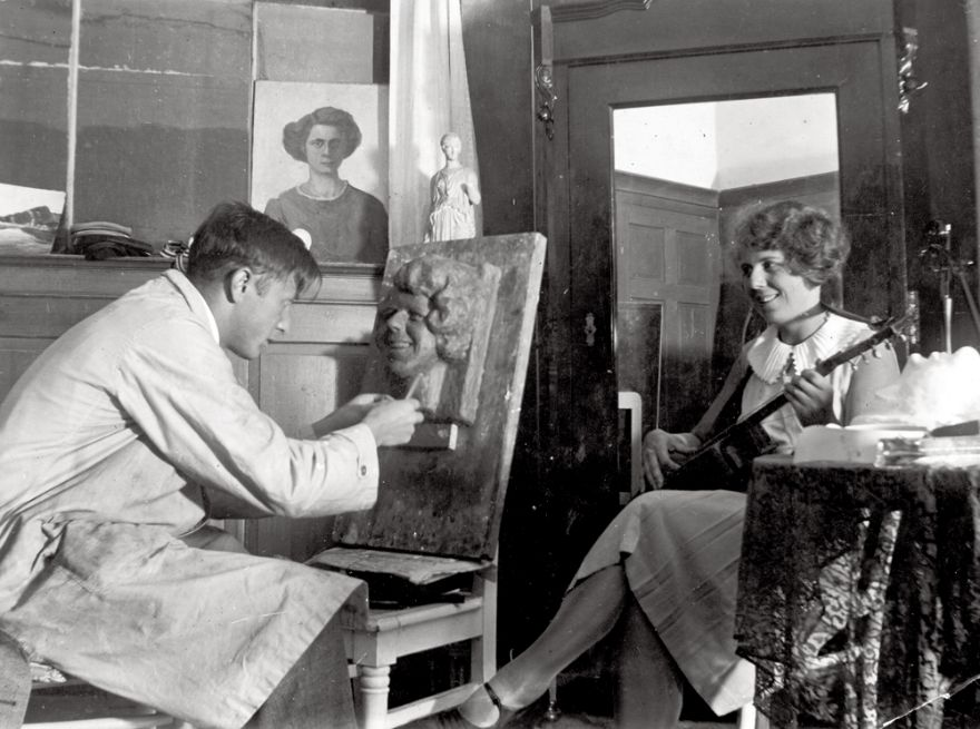 ART1931, Rudi sculpturing Hilde.jpg