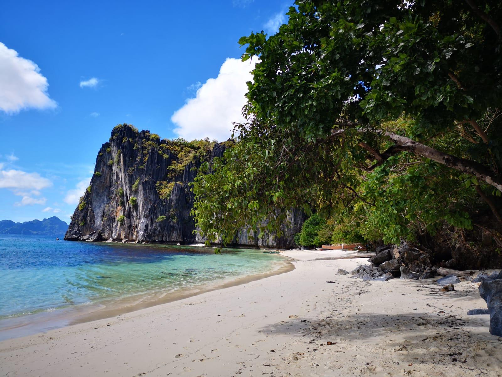 travel-blog-blogger-redhead-round-the-world-el-nido-philippines-beach-lapus.jpg