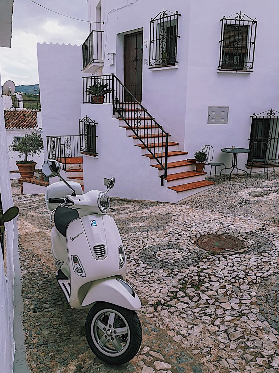 redhead-round-the-world-blog-blogger-spain-Andalusia-scooter-white-homes.JPG