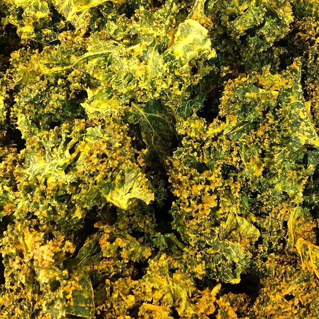 Kale Chips are Back!!!!! Thanks @bartenfelderfarms for the kale❤️ #knowyourfarmerknowyourfood #vegan #homemadekalechips #veganbaltimore #madewithlove