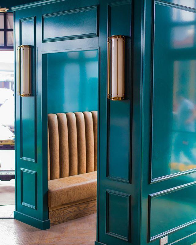 Snug LIFE 😎☘️🌴 #comingsoon #newportbeach #lido #restaurantdesign #snug #snuglife #irishsnug #casualfinedining #soexcited #lighting #glossypaint #friends #grandopening #highgloss #interiordesign 📸 @kfierrophotographs