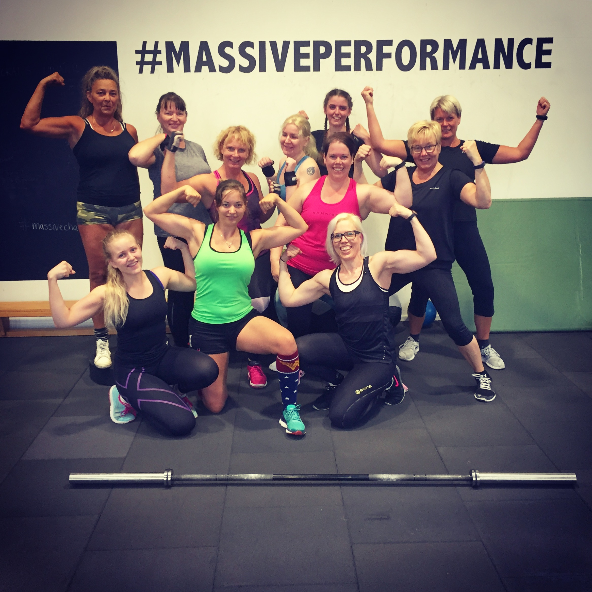 Barbelles skivstång biceps gruppträning pass Massive Performance hashtag.JPG