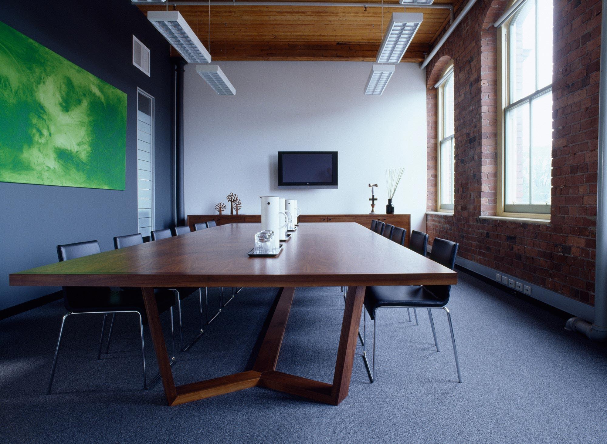 LoweFurniture_Hub_BoardroomDesking_Neap_MeinPhoto.jpg