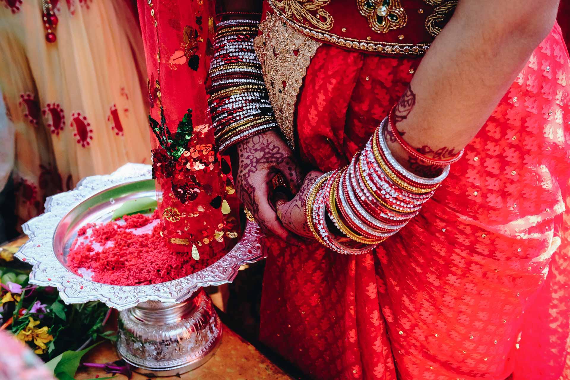 Asmita & Narayan - Lors de mon voyage d'un mois et demi au Népal, lors d'un trajet en bus de 8h entre Kathmandu et Pokara, je rencontre un monsieur, mon voisin de voyage et voilà que le lendemain je me retrouve parachuté sur une colline en plein milieu de la campagne en train de couvrir le mariage de sa nièce Asmita… Belle rencontre n'est-ce pas?Expérience très intéressante et riche, peu de personnes parlent anglais, et moi qui ne parle pas le Népalais je réussis à communiquer et à me connecter avec les Népalais qui sont chaleureux et expressifs. Finalement le regard, le sourire, tout ce qui est non verbal est beaucoup plus expressif que la parole.Quelle chance de pouvoir couvrir un mariage et de découvrir une culture hindouiste tout en couleur et plein de vie. La vie est pleine de belles surprises et de rencontres quand on ouvre les bras à l'inconnu et au voyage. Meilleurs vœux de bonheur à tous les deux Asmita et Narayan.