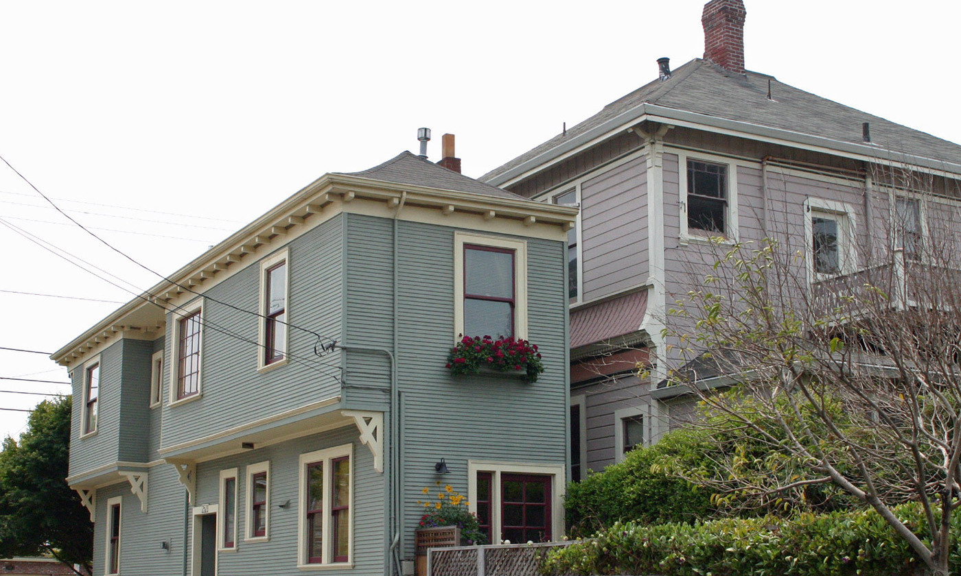 The Alameda Spite House, California (1908). Disgruntled carpenter Charles Froling constructed the house on the thin strip of land that remained after the city, helped by his neighbour, requisitioned the plot for road building.  Photo by Elf/Wikimedia