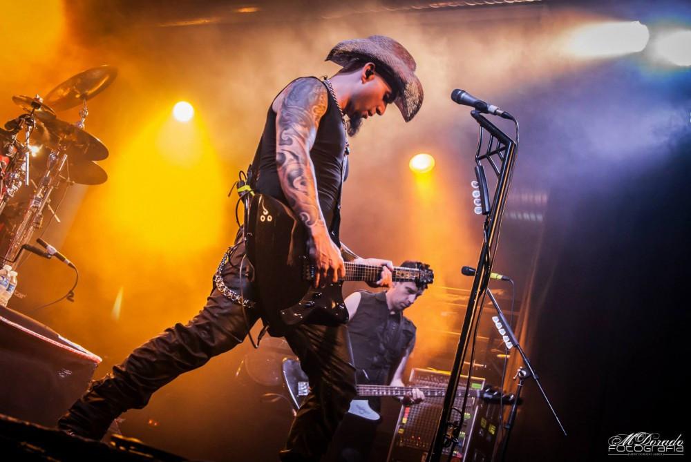The Xplôrer   Bacce Guitars - El potente Xplôrer se construyó originalmente para Carlos Escobedo, cantante y bajo de la banda de metal SÔBER, y guitarra rítmica y cantante de SAVIA, durante el 20º Aniversario de la gira SÔBER-SAVIA-SKIZOO, en 2016.