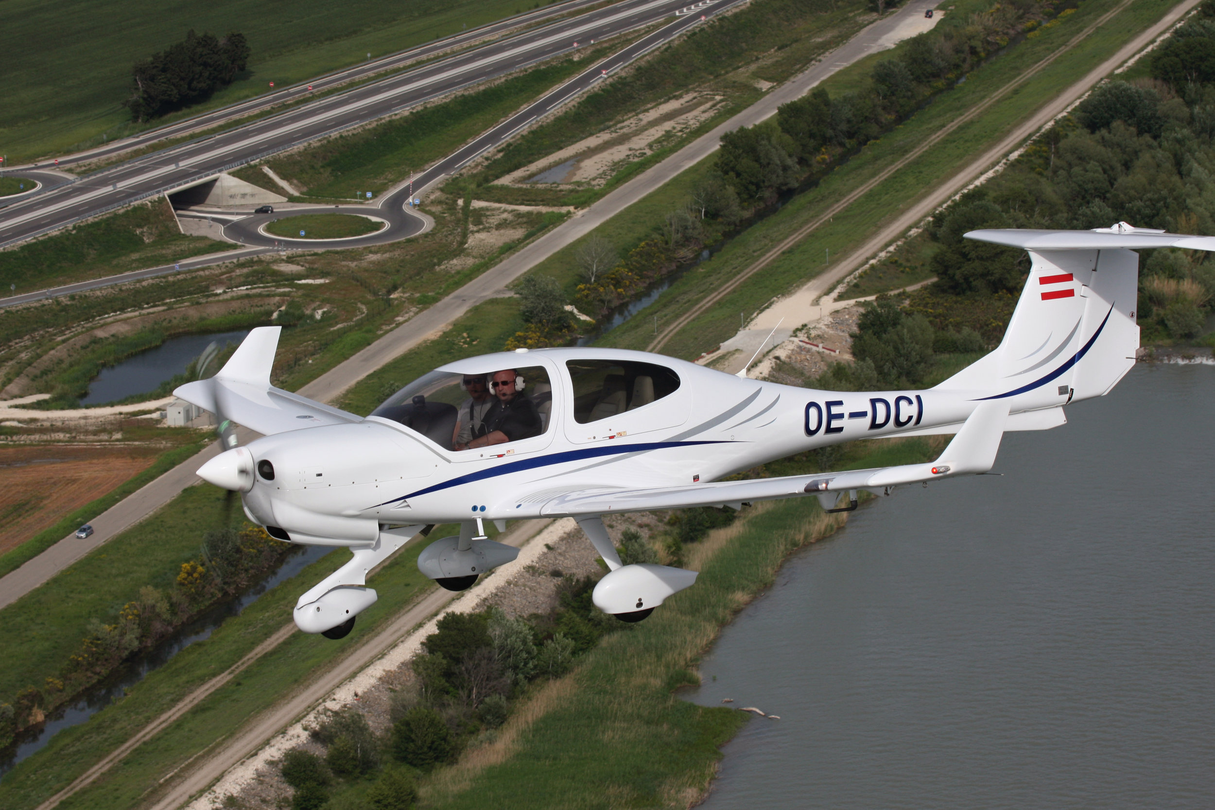 DA40 XLT - • 4 Seats / Big Baggage Space• Superb Visibility• Durable Composite Airframe• Superior Stability and Control• Personal Use or Flight Training