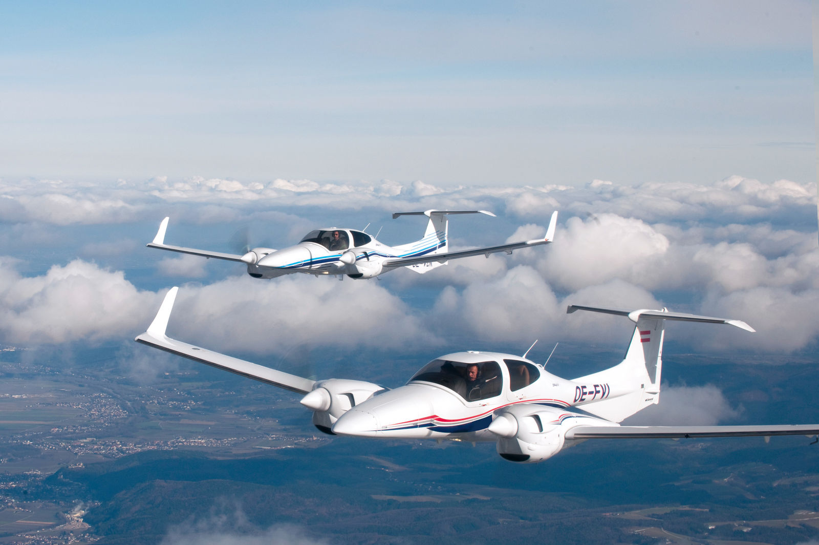 DA42-VI - • 4 seats, convenient access• Panoramic canopy• Luxurious leather interior• Twin 170hp Jet fuel AE300 Engines• High Fuel Efficiency