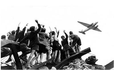Berlin youth cheering a ' rosinen bomber .'