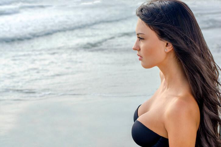 Sexy-girl-looking-at-the-sea-153063776_727x481.jpeg