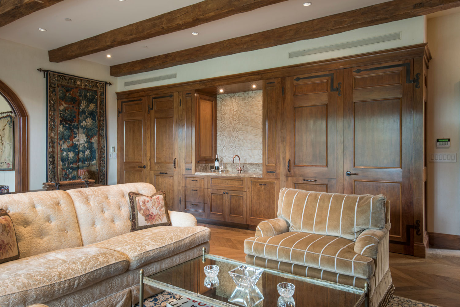 03-traditional-living-room-bar-built-in-cabinets-gary-drake-general-contractor.jpg