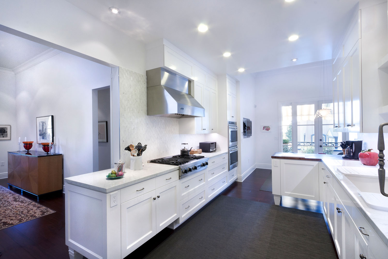 05-white-sleek-transitional-kitchen-dark-hardwood-floors-gary-drake-general-contractor.jpg