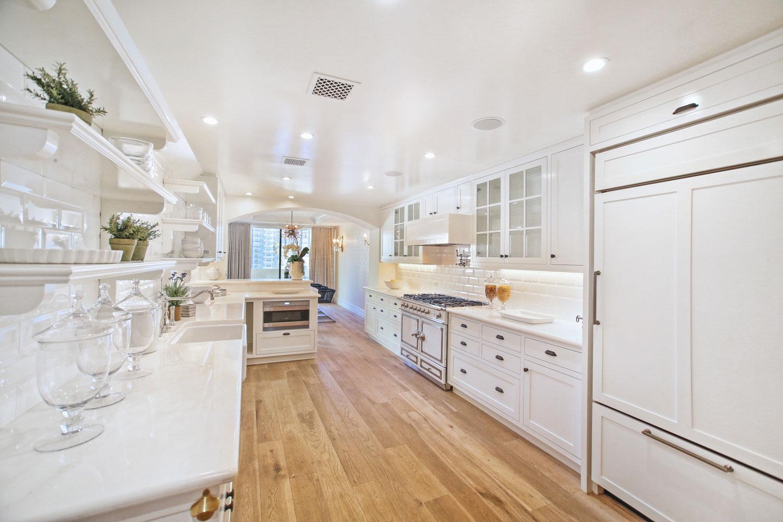 04-retro-kitchen-white-cabinets-le-cornue-range-gary-drake-general-contractor.jpg