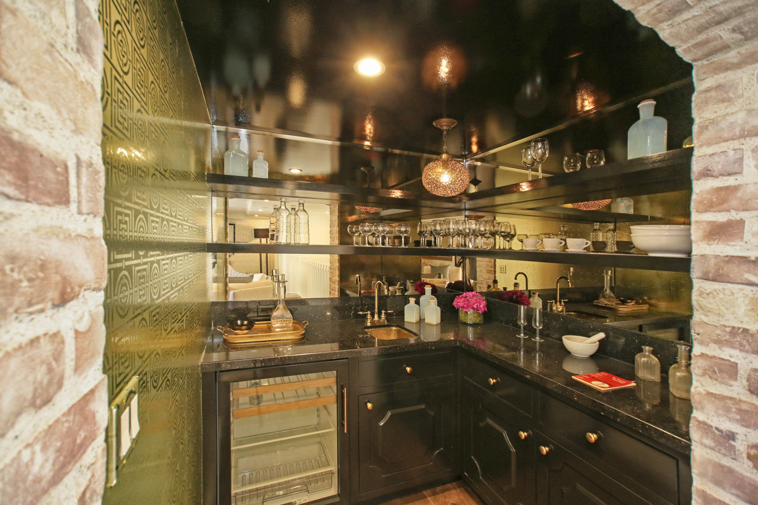 05-retro-home-bar-black-counters-mirrored-walls-gary-drake-general-contractor.jpg