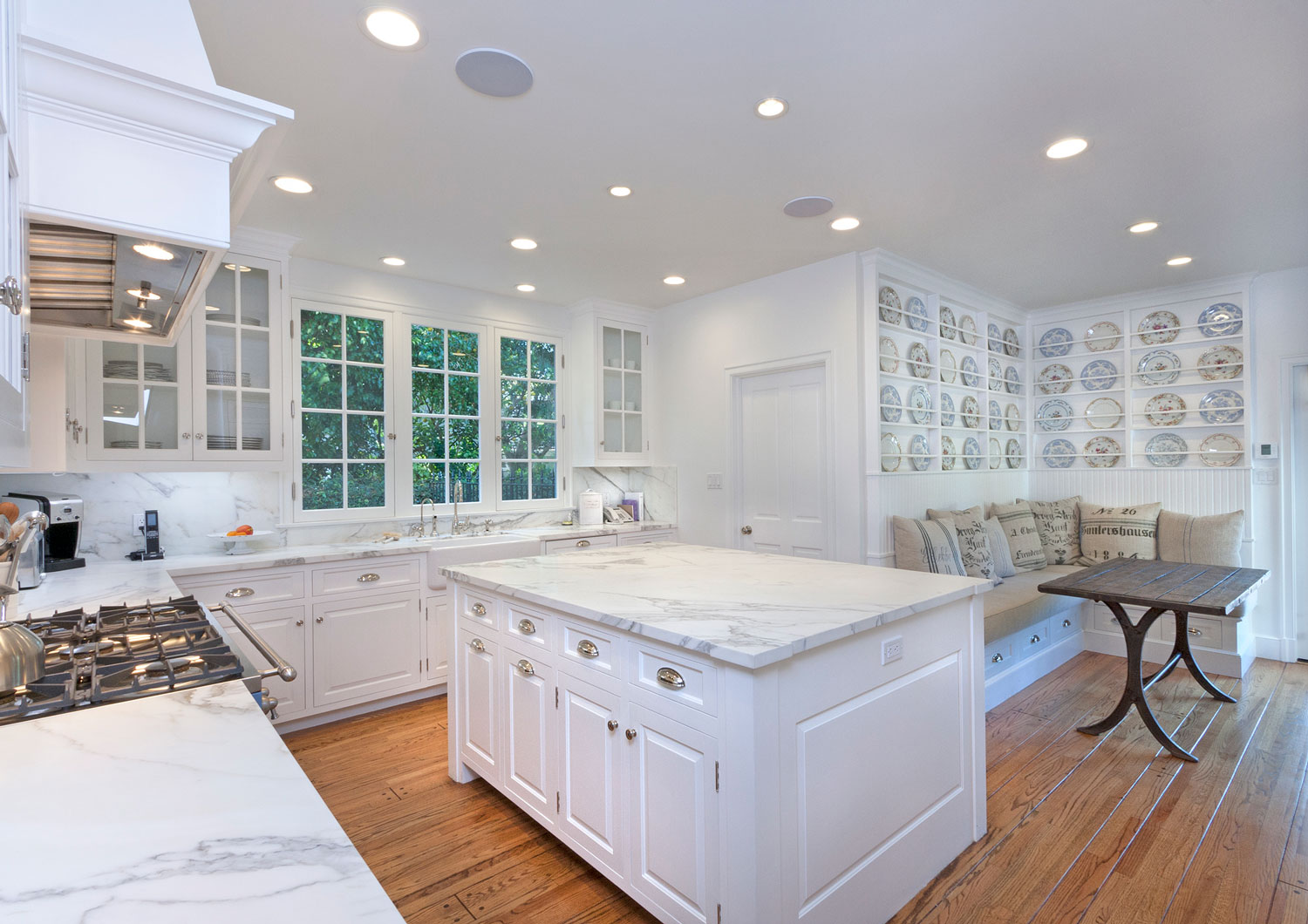 05-traditional-kitchen-marble-top-island-breakfast-nook-plate-collection-gary-drake-general-contractor.jpg