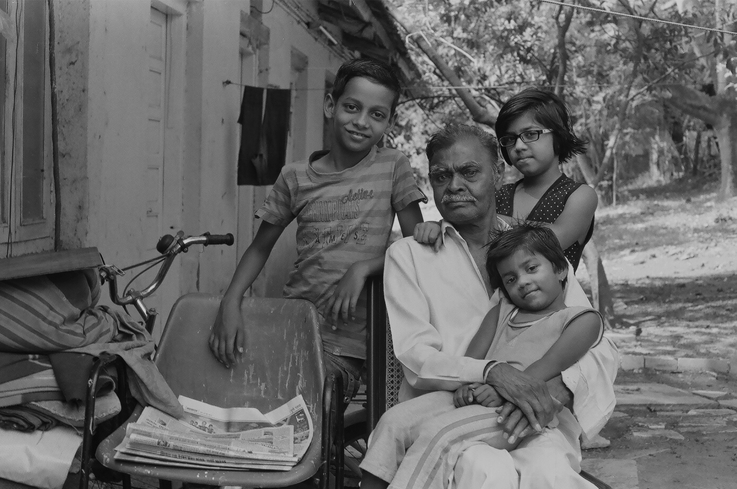 12. Tukaramji with his grandchildren, taking a break from his ironing. The kids act in a lot of films that the students make as part of student practicals at the film institute | 05330019.jpg