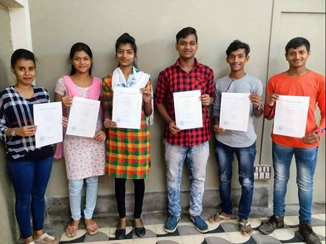 Our 2019 Uddami Graduates with their certificates! Swipe ➡️ to see them with their proud teachers. 😊 Included in the picture are some students now employed by @milliescookiesindia and one student applying to the Indian army! We are extremely proud of all of their achievements with Uddami, and wish them all the best for their bright futures. 🔓🌟🎓💯