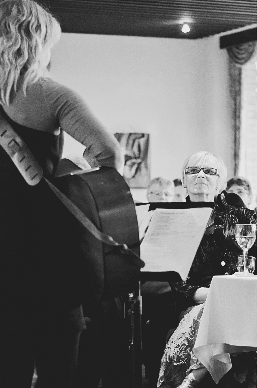 Christina Dahlerup synger med sin guitar til sølvbryllup og til alle slags fejringer af familiemedlemmer og mærkedage.