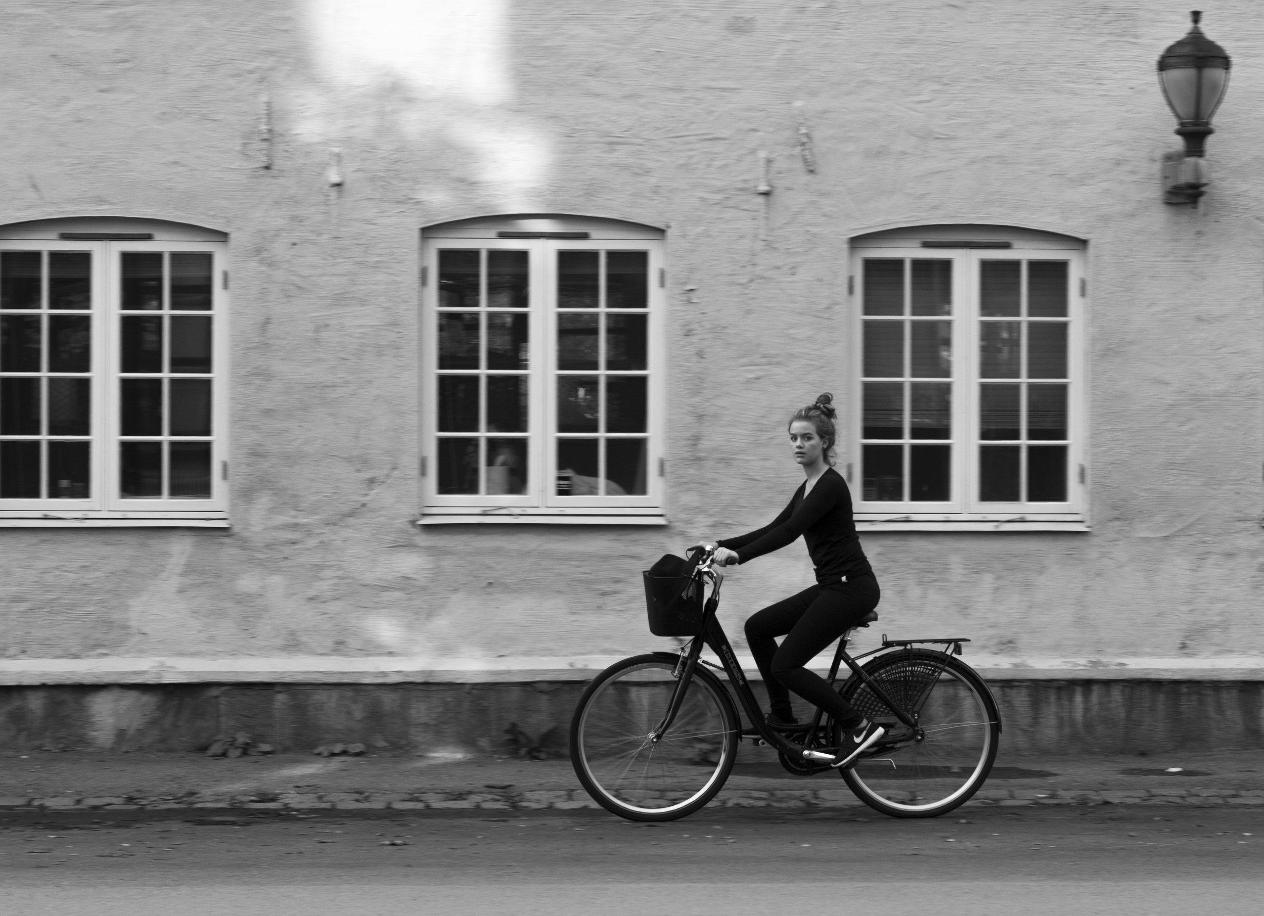 olivia på sykkel.jpg