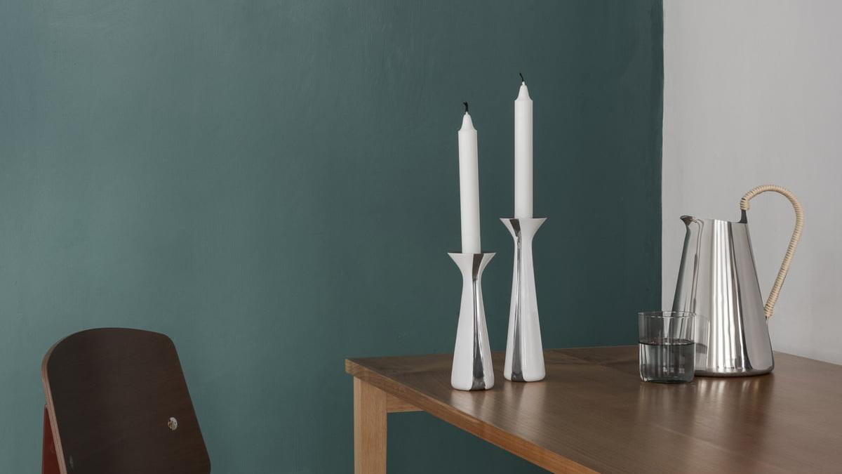 Stelton-Unified-Kerzenstaender-H-17-H-21-cm-weiss-Stahl-Ambiente.jpg