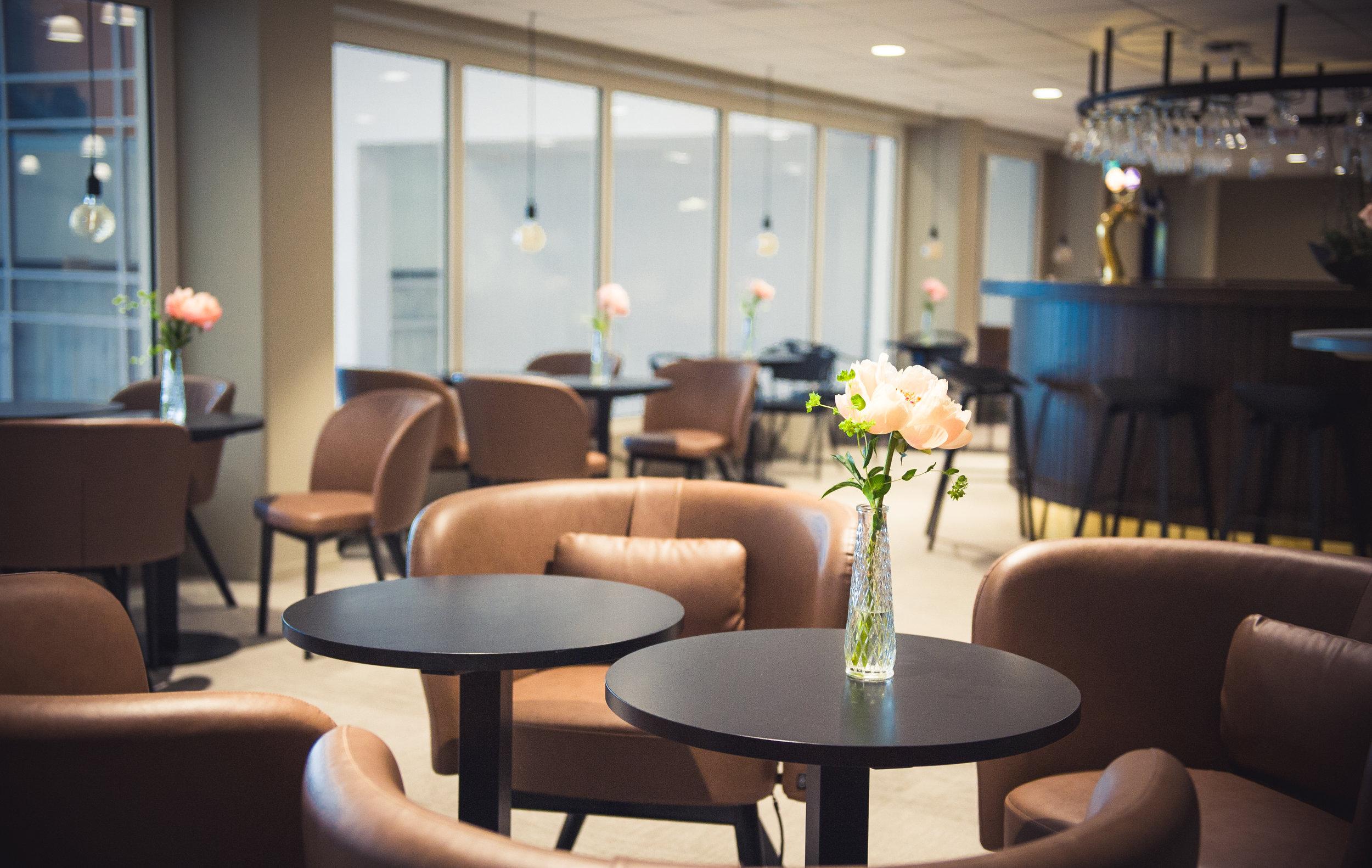 Åby Loger - På travkvällar så förvandlas några av våra mötesrum till loger där du kan sitta avskilt med ditt sällskap eller förening och se på travet och äta en god middag. Med en balkong utanför kan du få känslan vid upploppet och fira med gänget!