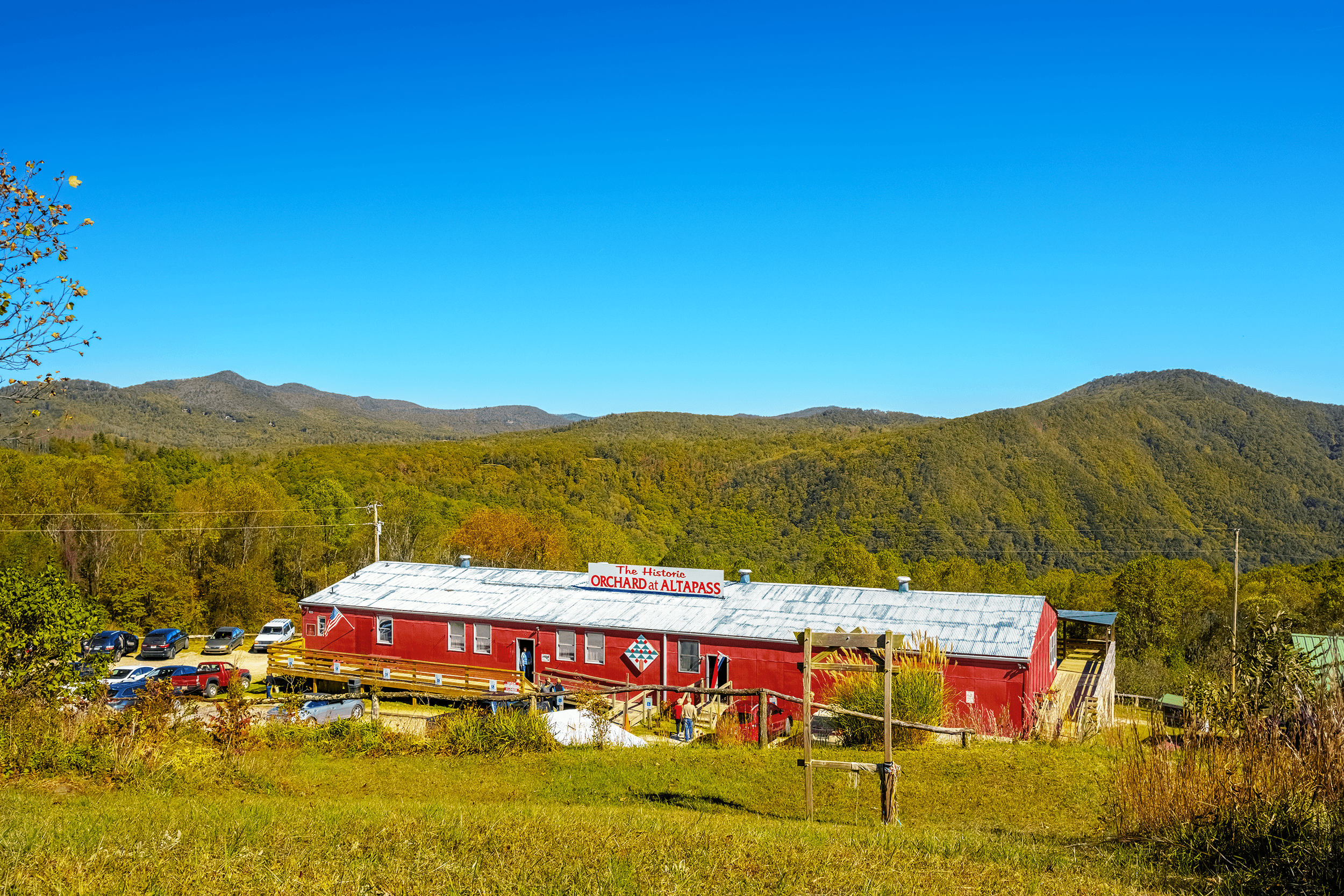 Located in the former packing-house from the 1950s, the red painted store offers an array of local and regional products, such as jams, jellies, preserves, syrups, dips, pickles, and relishes as well as crafts, books, and toys.