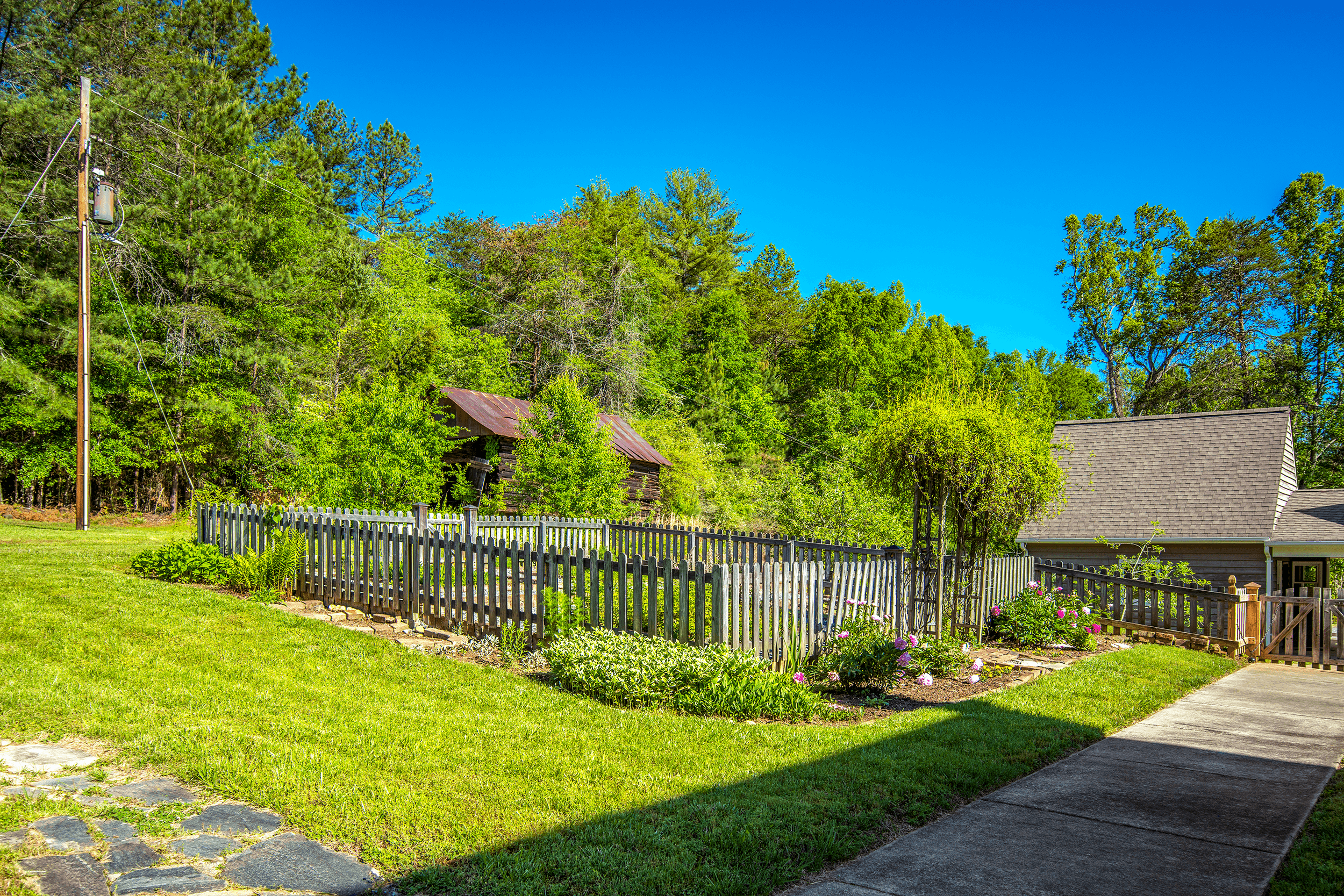 It is said that in 1780 on these grounds Charles McDowell's father and other Patriot soldiers made plans, which led to the victory over the British in the Battle of Kings Mountain during the American Revolutionary War (1775-1783). A small vegetable garden is located behind the house.