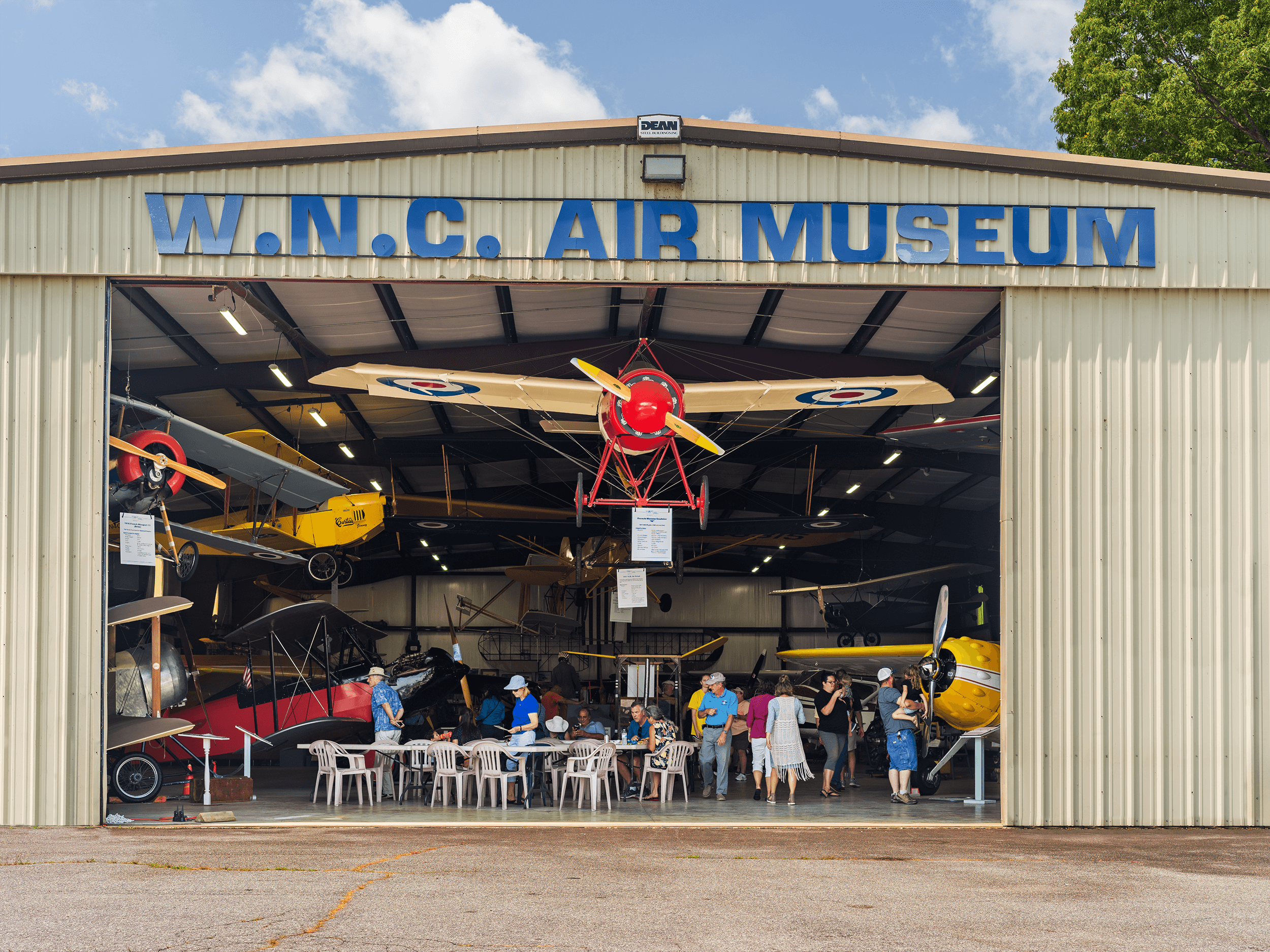 The Western North Carolina Air Museum in Hendersonville is a gem for airplane enthusiasts. Passionately dedicated to aircraft, the museum pays tribute to the region's fascinating aviation history and aims to preserve this heritage and share it with its guests.
