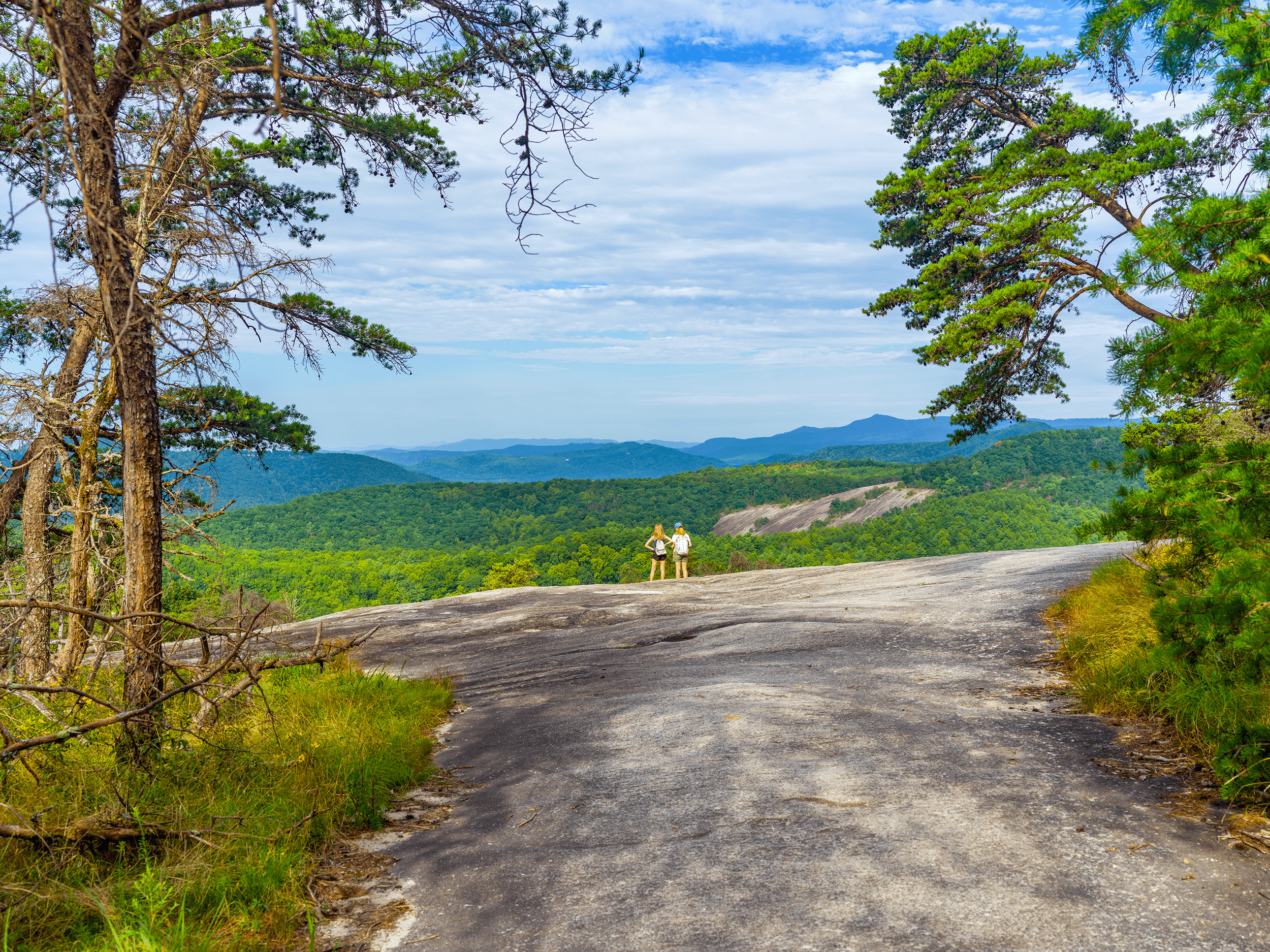 The views from the second clearing along the trail are magnificent. In the background, you can see the  Cedar Rock  lookout.