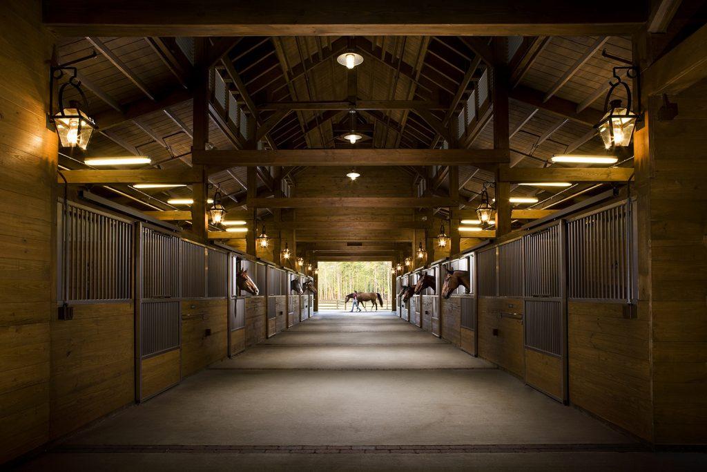 mpb-lifestyle-longfield-stables-main-barn-hall_l