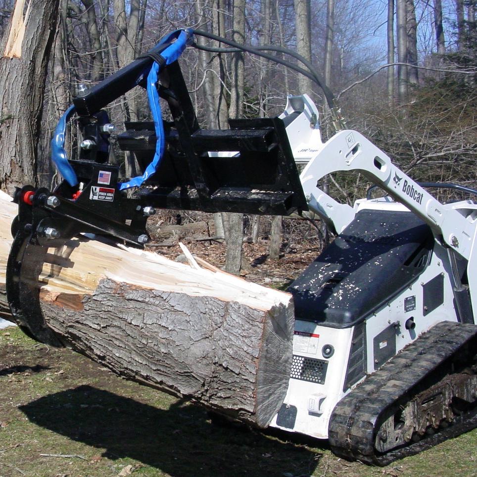 BOBBY LE TRANSPORTEUR - Mini-chargeuse sur chenilles Bobcat MT85 d'une capacité de chargement de 850lbs avec sa pince hydraulique