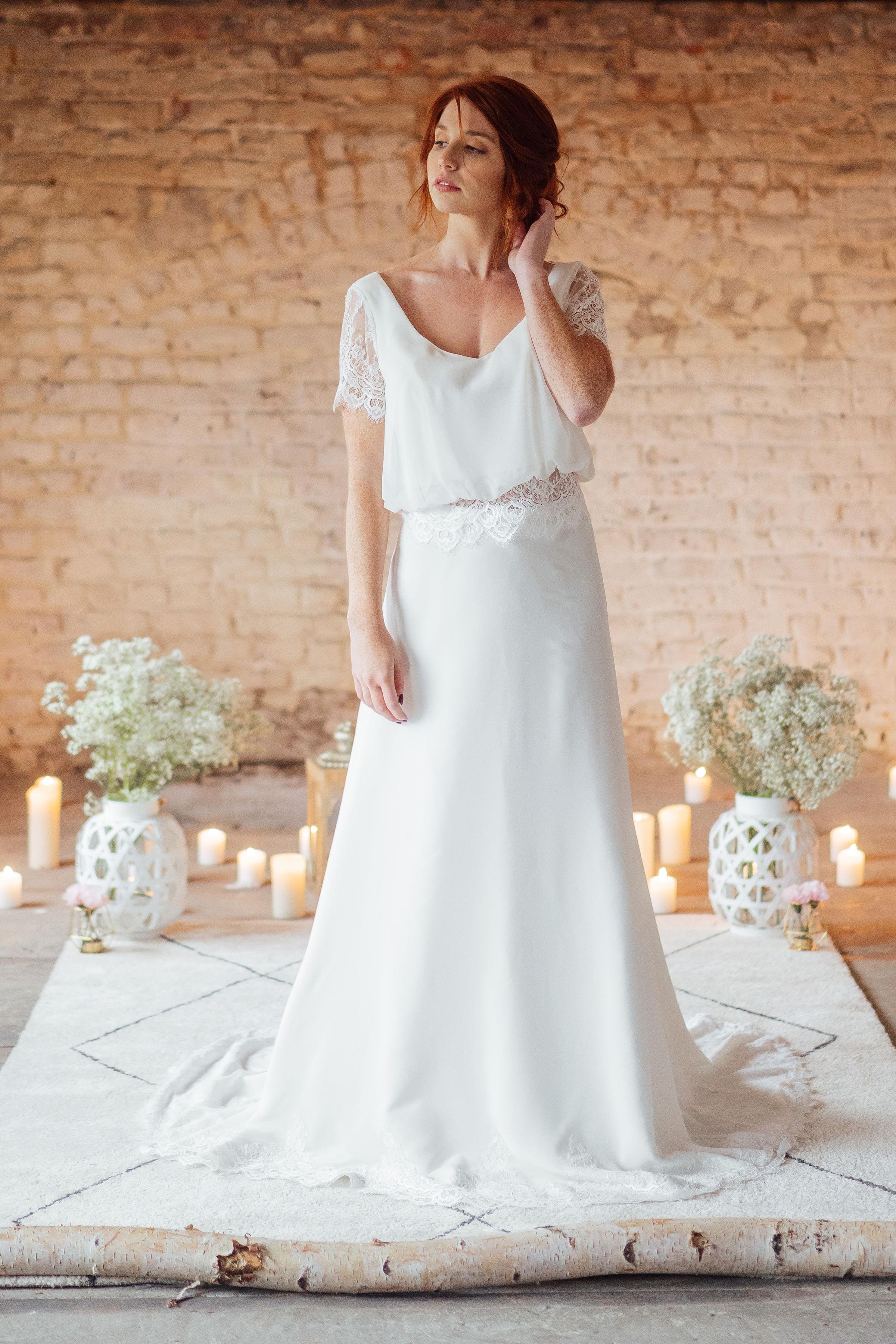 Léa - Une robe en deux pièces. Une jupe coupe en A, un haut décolleté en V sur le devant et en V plongeant sur le dos, des manches courtes ou longues, c'est à vous de choisir, …