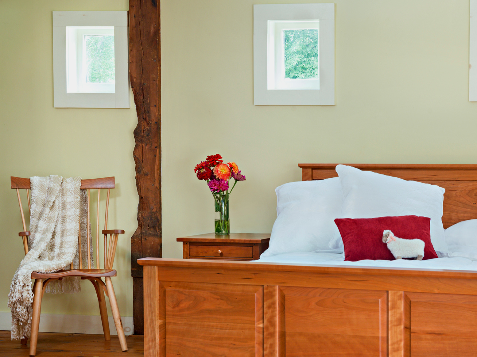 bedroom-furniture-beds-raised-panel-bed-eastview-chair