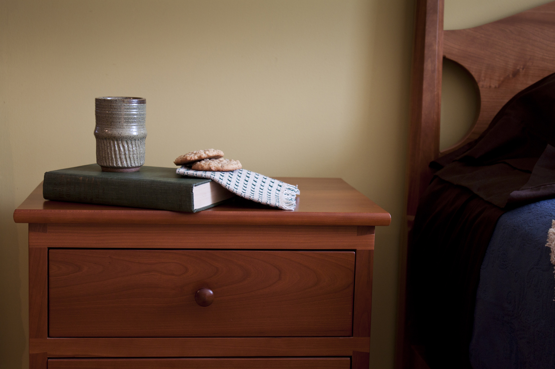 bedroom-furniture-tables-side-stand-night-table-side-chest