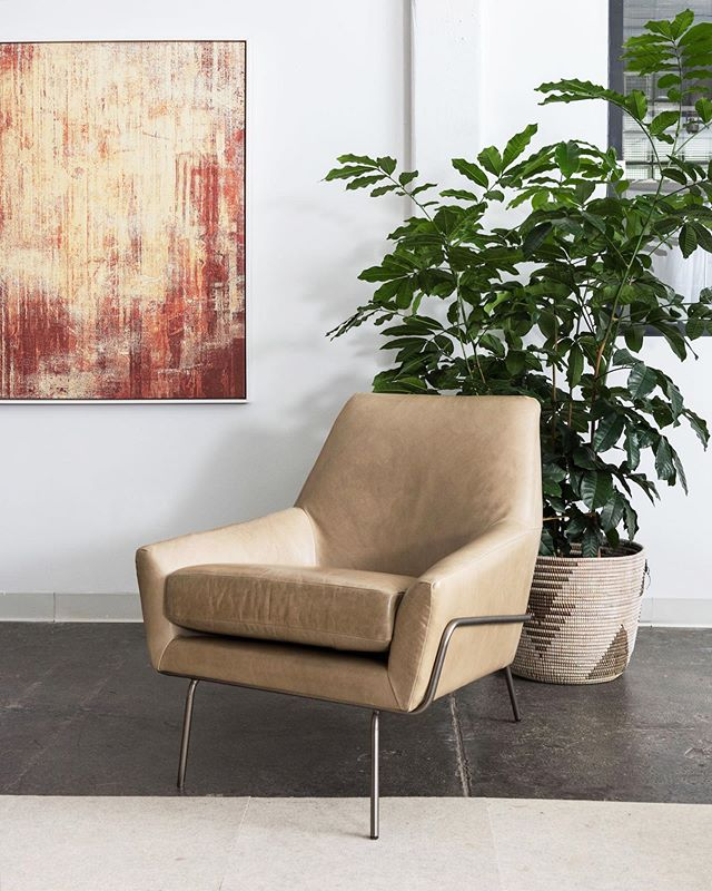 The Lucas Wire Chair (the Swivel version, too!) has been a staple in our lounge seating assortment since the very beginning. We're excited to now be able to offer it in a wide range of 43 color options of real leather quality from @MooreAndGiles. Shown here in @MooreAndGilesLeather, Mont Blanc – Mist 👉 #westelmWork // @westelm + @steelcase
