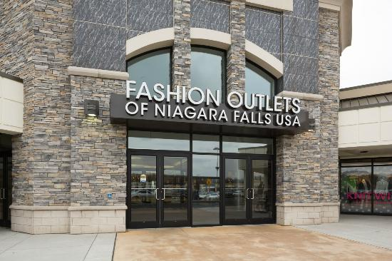 Outlet mall in niagara falls with over 200 luxury style stores to shop in.