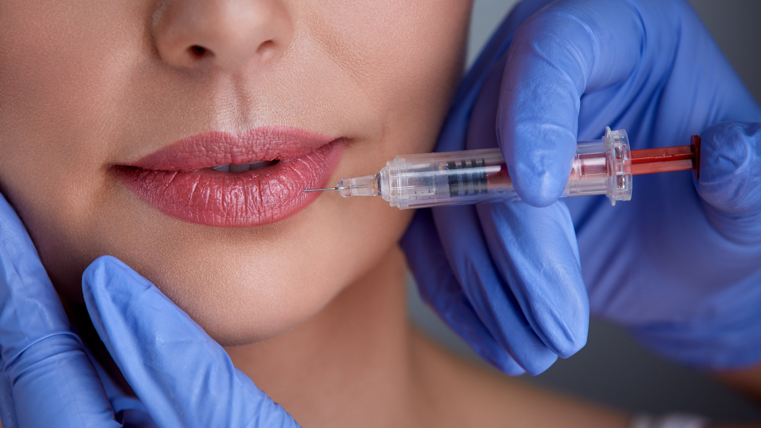 rsz_hands-of-expert-injecting-botox-pzx72pn.jpg
