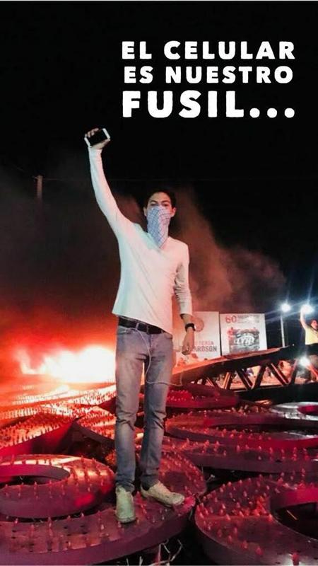 Los jóvenes han hecho del celular y las redes su arma contra la dictadura. No hay hecho que no sea reportado en redes. Alli la dictadura perdió. (Foto tomada de redes)