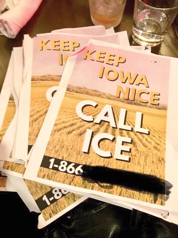 Grupos simpatizantes de inmigrantes quitaron de los estacionamientos del centro de Iowa City, las volantes que incitan a la ciudadanía a reportar a los inmigrantes.
