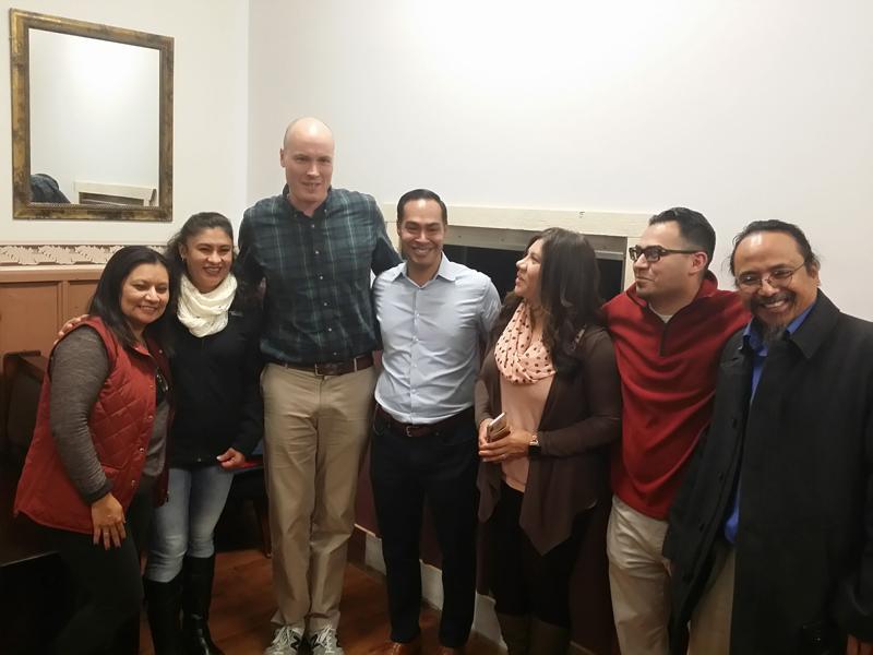 Julián Castro, durante la primera visita a Storm Lake en octubre pasado apoyando la candidatura al congreso de JD Scholten, junto a un grupo de latinos de esta comunidad.