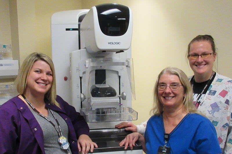 En la foto, con el equipo en 3 ‐ D para detectar el cáncer de los senos, se encuentran de izquierda a derecha: Rachel Steffen y Etta Peterson (tecnólogos en mamografía), y Katie Tremel (directora de radiología del CCMH).