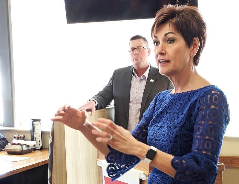 Kim Reynolds gobernadora de Iowa