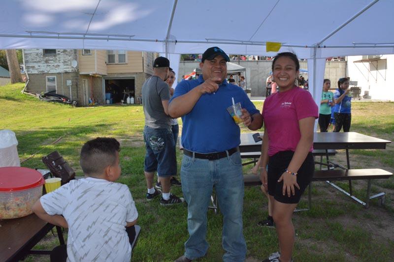 Elmer Salazar deleitó su paladar con un vaso de mango dulce, mientras compartia con su hija Christell Salazar.
