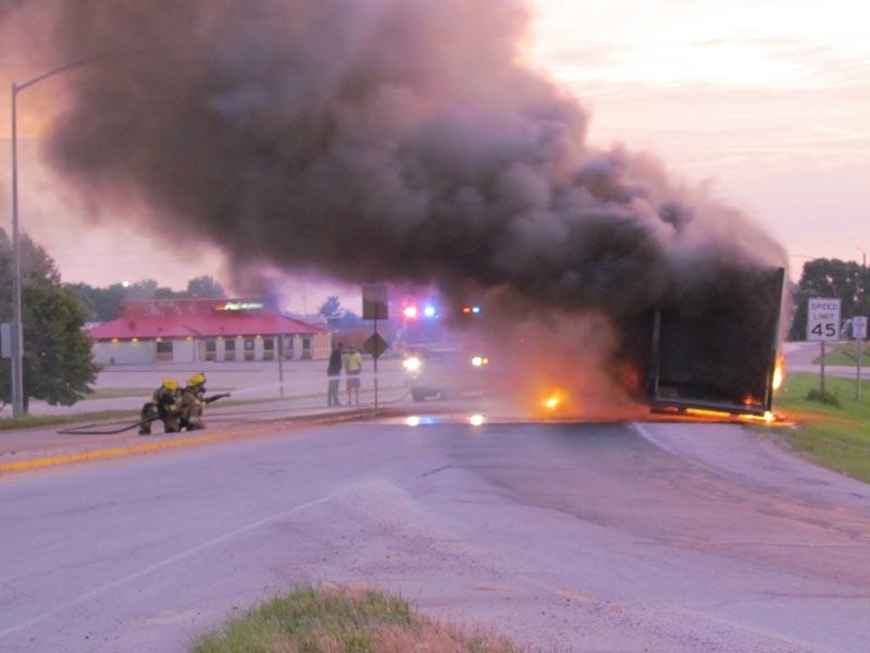 Los intrépidos bomberos de Denison Rashae Moeller y Manny Barroso tratan de apagar el fuego que empezaba a cubrir las llantas y la parte de abajo del furgón.