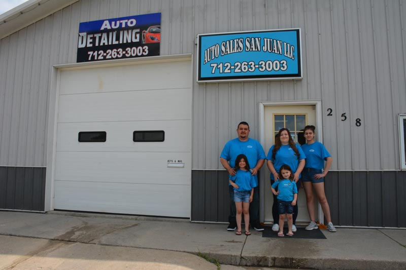 A la izquierda Tim y Nicole Zaragoza acompañados de sus hijas Daleyza (3), Addie (6) y Rossalynn (13)