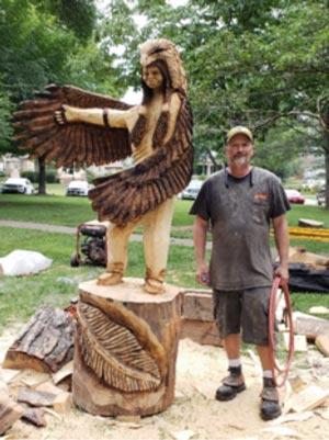 Keith Gregory de Grizzly Mountain Saw Works, es uno de los talladores en madera que regresaran a la competencia de este año. Keith comenzó a tallar con cuchillo en 1990 en Willard, Missouri y desde entonces ha estado trabajando con madera.