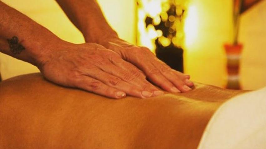 Massagem Relaxante - Duração 50 minutosÉ uma técnica aplicada com movimentos suaves utilizando apenas as mãos na musculatura do corpo.Durante a massagem são utilizados óleos vegetais que auxiliam a execução dos movimentos sempre contínuos, mantendo um ritmo específico para estimular a produção de hormônios responsáveis pelo relaxamento.A massagem relaxante libera um hormônio chamado ocitocina que combate a tensão muscular, auxilia no fluxo intestinal, estabiliza a pressão arterial e principalmente diminui o estresse.R$150,00 uma sessãoR$200,00 duas sessões